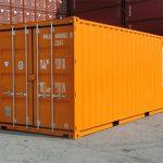Zoom sur les marquages apposés sur les containers maritimes