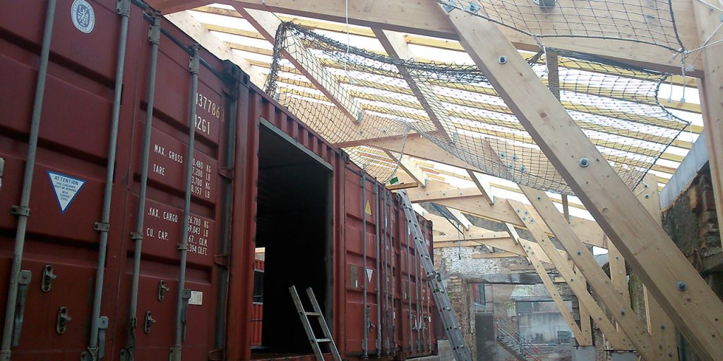 En même temps que les containers se transforment, la toiture se peaufine...